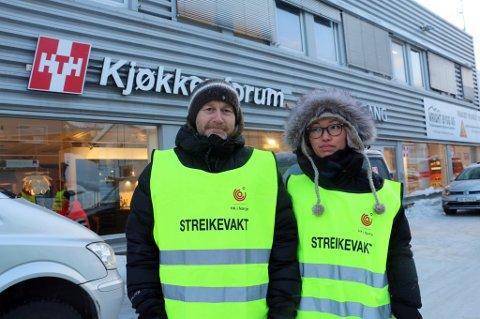 STREIKENDE: Knut Robertsen og Heidi Lindrupsen utenfor sin arbeidsplass HTH Kjøkken. Nå er streiken avsluttet.