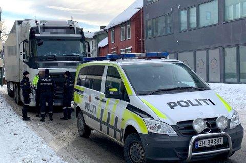 STANSET: Her blir den utenlandske traileren stanset mellom Fridtjof Nansens Plass og Hansjordnesbukta rundt klokken 13.30.