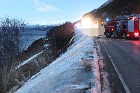 OMKOM: Vogntoget havnet i fjæresteinene etter kollisjonen med personbilen ved Grasneset i Storfjord. En kvinne (29) fra Tromsø omkom i ulykken.
