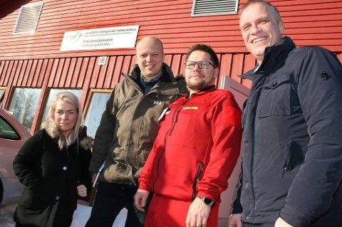 IKKE LEGG NED: Sp vil beholde ambulansen på Stonglandseidet. Stortingsrepresentant Sandra Borch, partileder Trygve Slagsvold Vedum, stasjonsleder Hogne Amundsen og ordførerkandidat Tom-Rune Eliseussen.