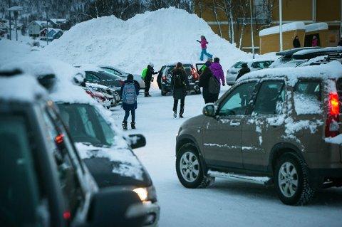 SIKRERE SKOLEVEI: Hamna skole er blant de 18 kretsene får sikret deler av skoleveien neste år. Bildet viser parkeringsplassen ved skolen. Langs skoleveien er det planlagt utbedring ved Minkvegen/Gaupevegen.