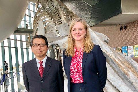 PÅ BESØK: Museumsdirektør Lena Aarekol sammen med sin direktøkollega Toshiaki Ishibasi foran blåhvalskjelettet i Japan.