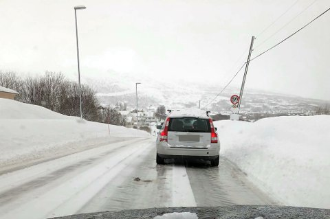 Det meldes om glatt føre flere steder. Her fra Eidveien på Kvaløya.
