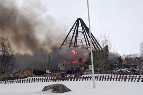 NEDBRENT: Senjatrollet har brent ned, og det er giftig røyk i området.