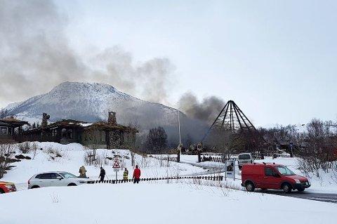 BORTE: Kun stålramma sto igjen etter brannen i Senjatrollet torsdag.