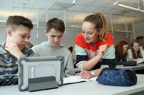 OPPGAVE LØST: Ungdomsskoleelevene Martin (t.v.) og Sindre synes ikke at matte er vanskelig med opplegget til lærer Cecilie.