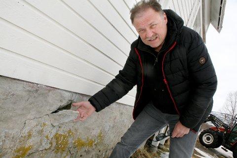 I STYKKER: Lovin Hauge viser hvordan rystelsene får den gamle grunnmuren under huset hans til å gå i oppløsning.
