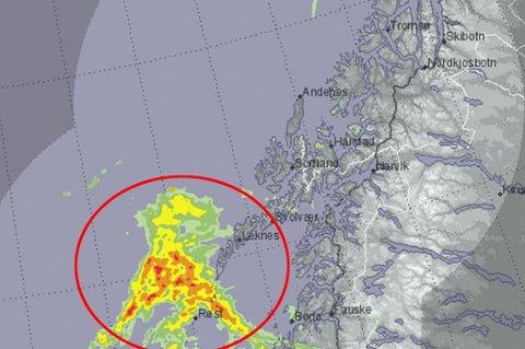 PÅ VEI: Dette nedbørsområde trekker stadig nordover, og vil nå Troms og Tromsø i løpet av ettermiddagen og kvelden.
