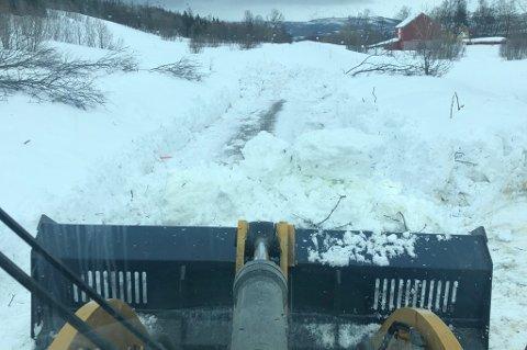 RYDDER SKREDET: Runar Bakken i Balsfjord Maskin & Servicetjeneste arbeidet tirsdag ettermiddag med å rydde skredet på fylkesveien.