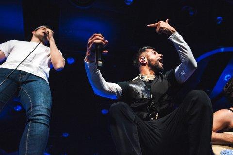 RAPPET MED STJERNEN: Karpe lot seg imponere av publikummeren Elias Wold Melo (18) da han rappet foran 1500 på The Edge.