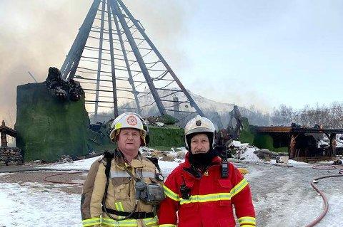 ALDRI INSPISERT: Brannsjef Arnstein Smevik (t.h.) og hans kollega Fred Ove Flakstad foran det nedbrente Senjatrollet. Det viser seg nå at brannvesenet i løpet av 26 år aldri har vært på tilsyn der.