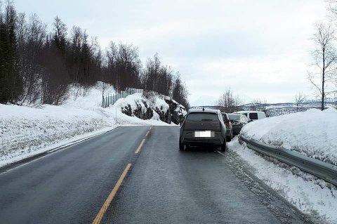DÅRLIG SIKT: Parkeringsplassen ligger oppå en bakketopp, og sikten rundt neste sving er dårlig.