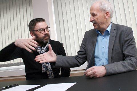 SHAKE HANDS: Hogne Eidissen, Senja kommune (t.v.) og Jann Ivar Didriksen, DNB signerer bankavtale på rådhuset på Finnsnes.