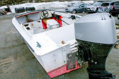 BÅTEN: Denne båten leide de russiske fisketuristene ved Torsken. Den ble tatt i land av Kystvakta.