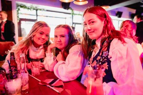 STUDIEVENNINNER: Kristine Wiik, Kamilla Olsen og Maiken Salomonsen tok turen til Grunder etter sjampanjefrokost tidligere i dag.