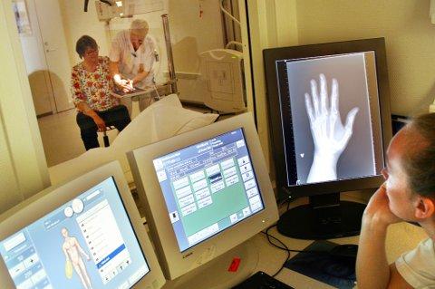 FORT GJORT: Her blir hånden til Mari Mathiassen røntgenfotografert på DMS på Finnsnes. Det hele tar bare tre-fire minutter.