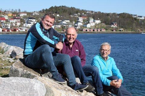 OPTIMISTER: Toralf Nergaard (t.h.) og Brynjulf Edvardsen i grendeutvalget, samt høyrepolitiker Rolf-Bjørnar Tøllefsen (t.v.), mener Gibostad bør bli et trafikknutepunkt i nye Senja kommune.