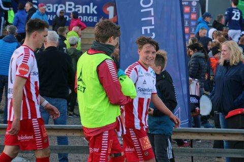 August Mikkelsen (t.h.) brukte debutkampen sin fra start til å avgjøre kampen til TILs fordel. Her sammen med Endre Borch Nash (i midten, med ryggen til) og Oliver Kjærgaard (t.v.).