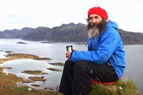 AVHENGIG AV POSTEN: Søren Thamdrup bor alene på en liten veiløs øy i havgapet. Arkivfoto: Guttorm Pedersen