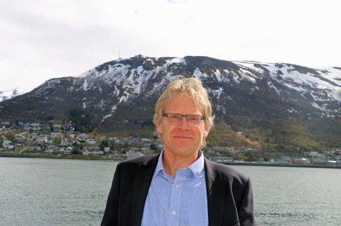 Knut Oscar Fleten går av som styreleder for Stiftelsen Norsk Luftambulanse, etter 12 år. I bakgrunnen kan vi skimte Fjellheisen, hvor Fleten var med på sin første redningsaksjon som 17-åring.