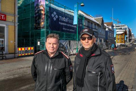 BRANNVERN: Her i trehusbebyggelsen i Tromsø sentrum er det risiko for spredning av en brann. Brannsjef Øystein Solstad og Jonny Magne Nilsen, enhetsleder for skadeforebyggende brannvern, mener det er behov for en felles brannsikringsplan. Foto: Yngve Olsen