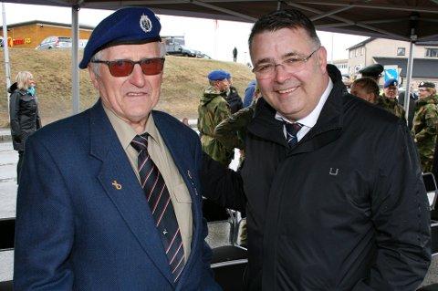 VETERAN: Harald Gåre (82) fra Storsteinnes hilser på statsråd Kjell-Børge Freiberg under markeringa av Frigjørings- og Veterandagen på Bardufoss.