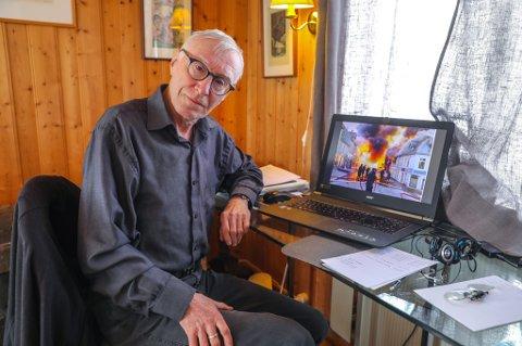 FØRSTEMANN: Gunnar Graff, den gang journalist i Bladet Tromsø, ble vekket av et par av avisens typografer med beksjed om at byen brant. Hans raske reaksjon ga ham unike bilder, og senere fundamentet til å skrive boka  om bybrannen. Han er den som sitter på størst kunnskap om brannen i dag.