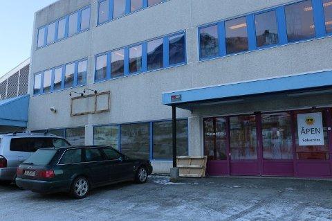 TOMT: Krambua er på vei ut av Novasenteret i Tromsdalen. Nå jaktes det nye leietakere til bygget.