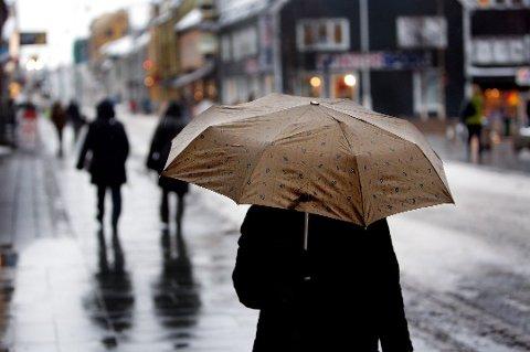 FRAM MED PARAPLYEN: Sola tar pause, varsler meteorologen. Den neste uka blir grå og våt.