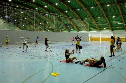 ÅPEN HALL: Tromsøhallen (bildet), Tromsdalshallen og Alfheim svømmehall er åpen for alle barn og ungdom i sommer - helt gratis. Det nye av året er at hallene også kan benyttes på kveldstid.
