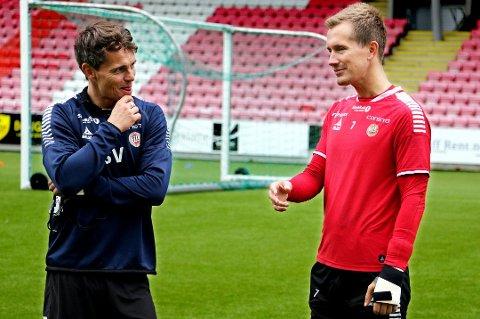 Simo Valakari (t.v) og Morten Gamst Pedersen (t.h) forventer sesongens tøffeste kamp så langt i år borte mot Lillestrøm søndag.