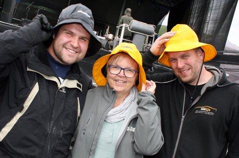 HOLDER PÅ HATTEN: Kai Petter Gulmælæ (t.v.), Wenke Straumsnes og Frank Nyborg i Rossfjordrocken er like blide under sydvesten.