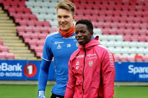 OPPTUR: Mushaga Bakenga fikk sin første TIL-start i eliteserien i 2019 mot Rosenborg. Den andre ser ut til å komme søndag mot Lillestrøm. Her med Jacob Karlstrøm på Alfheim fredag.