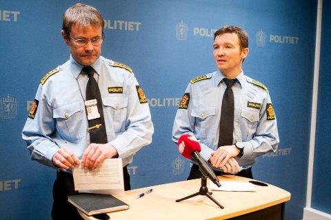 TAUS: Politiet vil ikke si stort om foranledningen til at to personer ble pågrepet i Tromsø tirsdag, siktet for menneskehandel. Begge er varetektsfengslet. Her er Yngve Myrvoll (til høyre) avbildet sammen med påtaleleder Einar Sparboe Lysnes i forbindelse med en annen sak.