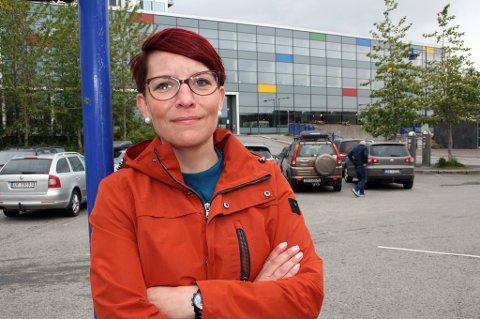 Ordførerkandidat for Senjalista, Elisabeth Rognli, foran Kunnskapsparken på Finnsnes.