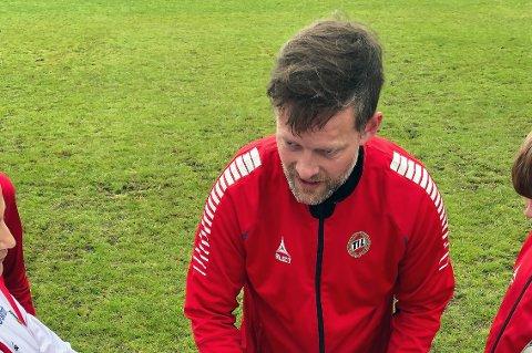 SAVNER TILTAK: Stian Normann Anfinsen er trener for to aldersbestemte lag i TIL. Han savner mer tydelige grep fra klubben rundt topping av lag i barnefotballen, og blir trist og sint av ting han så i Piteå Summer Games i Sverige.