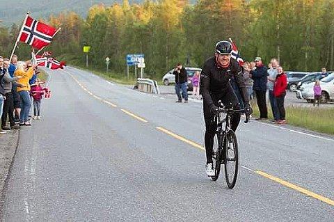 REKORDFORSØK: Erlend Sundstrøm er på vei mot Nordkapp i forsøket på å sette Norgesrekord på sykkel fra Lindesnes til Nordkapp. Fredag syklet han gjennom Troms på turen nordover.