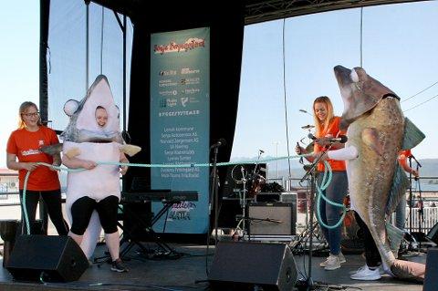 Barnefestivalen ble åpnet med latter og moro, og et tau som festivalarrangørene strevde med å skjære av.