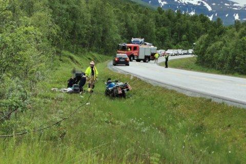 TIL UNN: En mann i 50-årene er sendt til UNN i Tromsø etter trafikkulykken like sør for Oteren tidlig tirsdag ettermiddag. Bildet er tatt etter mannen ble hentet av helikopteret.