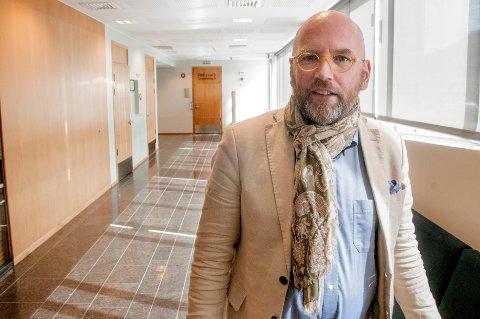 RETTSMØTE: Advokat Brynjar Meling møtte som forsvarer da en 61 år gammel mann ble framstilt for varetektsfengsling i Nord-Troms tingrett tirsdag. Mannen er siktet for menneskehandel, men nekter straffskyld.