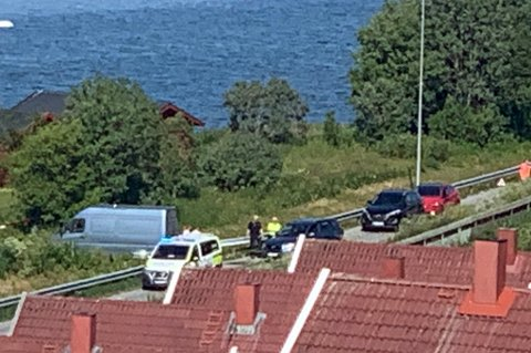 TO BILER INVOLVERT: I trafikkulykke på E8 på Gammelgård i Tromsø tidlig søndag ettermiddag.