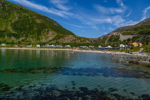 GODT BESØKT: Det var svært mye folk i Grøtfjord søndag. Trolig vil stranden bli godt besøkt neste helg også, for da er det meldt enda varmere vær.