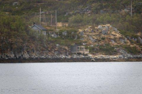 Hilde Sjurelv og Frank Bakke-Jensen fikk pålegg om å rive denne badstua, bygd i strandsonen i Skarsfjorden på Ringvassøya.  Nå har Sjurelv fått avslag på søknad om å beholde bygget som bod.
