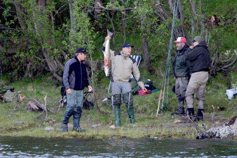Glade laksefiskere i Reisaelva for noen år tilbake.
