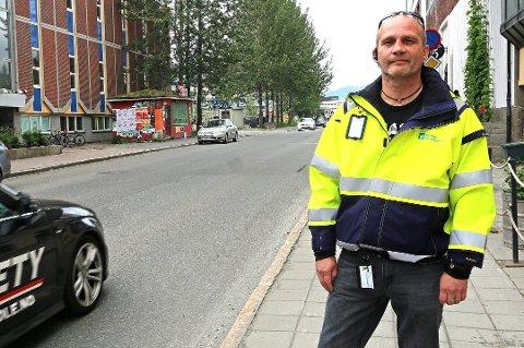 FERDIG: Stig Tore Moe i Tromsø kommune la i fjor fram planene for et nytt kollektivfelt på strekningen mellom Mack og Polaria. Denne uka asfalteres veien.