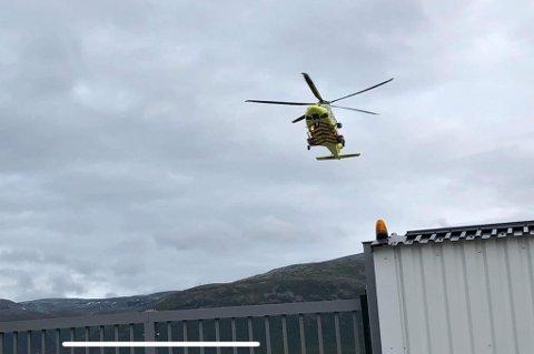 TIL SYKEHUS: Helikopteret med de to skadde går inn for landing på UNN i Tromsø.