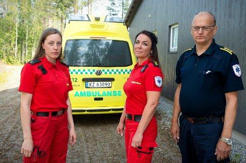 JAGER FOLK BORT: Målselv ambulansetjeneste opplever ved samtlige utrykninger at de må jage bort folk som flokker seg rundt ulykkesstedet. Med mobiltelefoner og kameraer klare dukker folk opp for å filme det som skjer. Fra venstre ambulanselærling Stine Østgaard, paramedic Tina Maria Hanssen og seksjonssjef Svein Hovde.
