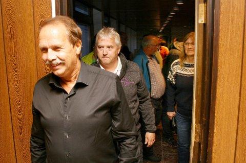 HYSJ: Sp-folk på vei inn til medlemsmøtet på rådhuset tirsdsag kveld.