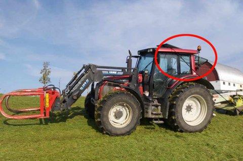 FAST: Her står traktoren fast i lavspentnettet på gården i Andersdalen. Foto: Privat
