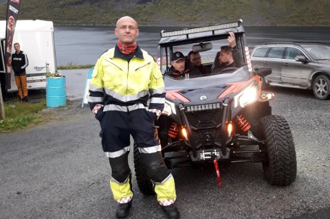 MODERNE: Rune Benjaminsen i Fjordgård gleder seg over den snertne brannbilen bygda har fått.
